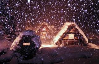 降りしきる雪と窓明かり
